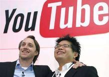 <p>I co-fondatori di TouTube, Chad Hurley (a sinistra) e Steve Chen. REUTERS/Philippe Wojazer (FRANCE)</p>
