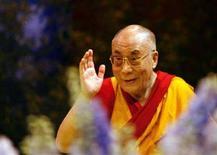 <p>Il Dalai Lama, leader spirituale tibetano, in una foto del 16 agosto 2008. REUTERS/Stephane Mahe</p>
