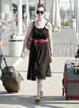"<p>L'attrice americana Anne Hathaway protagonista del film ""Rachel Getting Married"" del regista Jonathan Demme, arriva all'aeroporto di Venezia. REUTERS/Manuel Silvestri</p>"