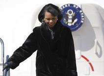 <p>Госсекретарь США Кондолиза Райс прибыла в аэропорт Haneda в Токио. Фотография сделана 27 февраля 2008 года. Госсекретарь США Кондолиза Райс совершит на этой неделе визит в Ливию, став первым главой внешнеполитического ведомства США, который посетит эту африканскую страну за последние 55 лет, сообщил Госдепартамент США. REUTERS/Issei Kato</p>