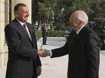 <p>Вице-президент США Дик Чейни (справа) здоровается с президентом Азербайджана Ильгамом Алиевым во время визита в Баку 3 сентября 2008 года. США глубоко заинтересованы в благополучии своих союзников в кавказском регионе, заявил вице-президент США Дик Чейни, находящийся с визитом в Азербайджане. REUTERS/Trend News</p>