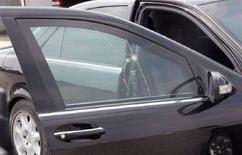 <p>Следы от пуль на машине премьер-министра Пакистана Юсуфа Разы Гилани. Фотография сделана 3 сентября 2008 года. Кортеж Гилани был обстрелян в среду недалеко от аэропорта Исламабада. По данным правоохранительных органов, Гилани в этот момент находился в другом месте. REUTERS/Press Information Department/Handout</p>