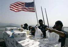 """<p>Команда американского эсминца """"Макфол"""" сортирует гуманитарную помощь, доставленную к побережью Грузии. Фотография сделана 24 августа 2008 года. Госсекретарь США Кондолиза Райс в среду объявила о предоставлении Грузии помощи на сумму около $1 миллиарда, предназначенной для восстановления пострадавшей в результате войны с Россией инфраструктуры страны, однако заметила, что говорить о военном содействии закавказскому государству слишком рано. REUTERS/Umit Bektas</p>"""