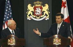 <p>Вице-президент США Дик Чейни слушает президента Грузии Михаила Саакашвили во время брифинга в Тбилиси, 4 сентября 2008 года США полностью поддерживают заявку Грузии на членство в Организации Североатлантического договора (НАТО), сказал вице-президент США Дик Чейни. REUTERS/David Mdzinarishvili (GEORGIA)</p>