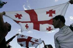 <p>Представители грузинской диаспоры с флагом Грузии на акции протеста в Киеве 1 сентября 2008 года. Грузия приняла решение отменить ограничения на выдачу виз российским гражданам, введенные несколько дней назад из-за войны с Россией. REUTERS/Konstantin Chernichkin</p>