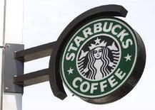 """<p>Вывеска кафе """"Старбакс"""" в Нью-Йорке 3 июля 2008 года. Лондонская полиция расследует дело своей сотрудницы, забывшей в лондонском кафе """"Старбакс"""" свой пистолет, сообщила в четверг пресс-секретарь городской полиции. REUTERS/Chip East</p>"""