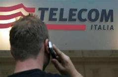 <p>Uomo al cellulare davanti a un negozio Telecom Italia, a Roma (immagine d'archivio). REUTERS/Dario Pignatelli</p>