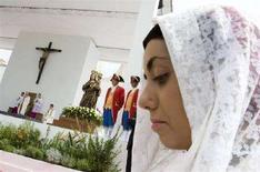 <p>Papa Benedetto XVI al santuario di Nostra Signora di Bonaria, a Cagliari, il 7 settembre 2008. REUTERS/Tony Gentile</p>