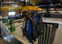 <p>O último elemento do ATLAS é baixado na CERN em Meyrin, perto de Genebra, dia 29 de fevereiro. Cientistas de um grande laboratório subterrâneo da Suíça vão realizar na quarta-feira um experimento para tentar repetir o 'Big Bang' em pequena escala, tentando assim explicar as origens do universo e o surgimento da vida. Photo by Denis Balibouse</p>