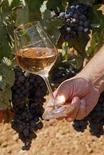 <p>Un bicchiere di vino. REUTERS/Jean-Paul Pelissier (FRANCE)</p>