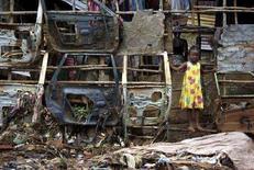 <p>Una ragazzina fuori dalla sua casa negli slum di Freetown, in Sierra Leone. REUTERS/Katrina Manson (SIERRA LEONE)</p>
