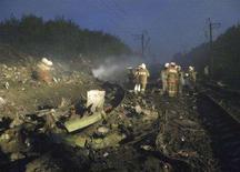 <p>Спасатели работают на месте крушения самолета авиакомпании Аэрофлот в Перми, 14 сентября 2008 года. Самолет Boeing 737-500 российской авиакомпании Аэрофлот-Норд - дочерней структуры Аэрофлота - разбился в воскресенье утром при заходе на посадку в аэропорту Перми: погибли все 88 человек, находившиеся на борту. (REUTERS/Alexei Zhuravlev/KP-Perm)</p>