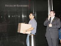 <p>Un uomo esce dalla sede della banca Lehman Brothers a New York dopo la dichiarazione di fallimento. REUTERS/Chip East (UNITED STATES)</p>