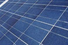 <p>Pannelli solari su un edificio. Foto d'archivio. REUTERS/Denis Balibouse (SWITZERLAND)</p>