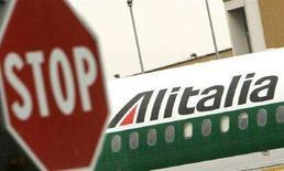 <p>Un aereo dell'Alitalia parcheggiato in pista all'aeroporto di Fiumicino. REUTERS/Tony Gentile</p>