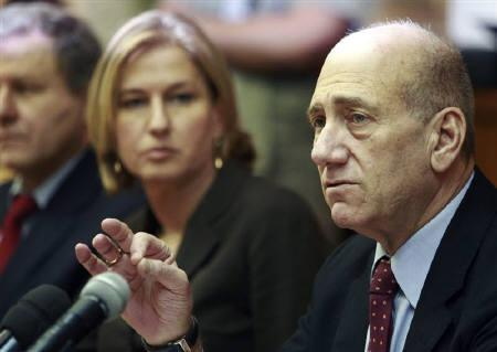Israel's Prime Minister Ehud Olmert (R) and Foreign Minister Tzipi Livni attend the weekly cabinet meeting in Jerusalem September 21, 2008. REUTERS/Jim Hollander/Pool