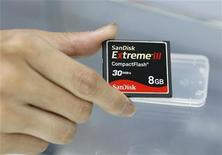 <p>Una memoria flash SanDisk. REUTERS/Nicky Loh (TAIWAN)</p>