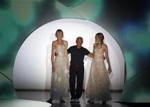 <p>Lo stilista Giorgio Armani in passerella fra due modelle. . REUTERS/Stefano Rellandini (ITALY)</p>