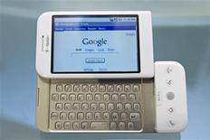 <p>T-Mobile USA va commercialiser le premier téléphone mobile fonctionnant sous le système d'exploitation Android de Google à un prix légèrement inférieur à l'iPhone d'Apple, a annoncé mardi la filiale de l'opérateur allemand Deutsche Telekom. Vendu 179 dollars (120 euros), le mobile G1 distribué par T-Mobile sera en concurrence avec l'iPhone d'entrée de gamme proposé par AT&T à 199 dollars aux Etats-Unis, moyennant un abonnement de deux ans. /Photo prise le 23 septembre/REUTERS/Jacob Silberberg</p>