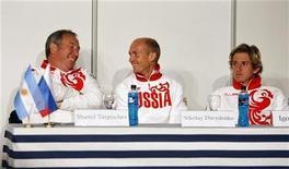 <p>Капитан сборной России по теннису Шамиль Тарпищев (слева) и теннисисты Николай Давыденко (в центре) и Игорь Андреев на пресс-конференции в Буэнос-Айресе, 18 сентября 2008 года. REUTERS/Marcos Brindicci</p>