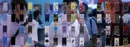 """<p>Sony Ericsson va lancer prochainement un mobile associé à un service musical permettant de télécharger un nombre illimité de titres, afin de concurrencer l'offre """"Comes with Music"""" de Nokia, présentée la semaine dernière. /Photo d'archives/REUTERS/Kiyoshi Ota</p>"""