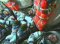 <p>Imagen de video que muestra a los astronautas chinos sentados dentro de la nave espacial Shenzhou VII, mientras despega desde el centro de lanzamiento espacial Jiuquan, en la provincia de Gansu, China, 25 sep 2008. REUTERS/CCTV via Reuters TV (CHINA). CHINA OUT. NO COMMERCIAL OR EDITORIAL SALES IN CHINA.</p>