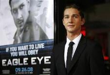 """<p>Ator Shia LaBeouf posa para foto na estréia do filme """"Eagle Eye"""" , no teatro Grauman Chinese em Hollywood, no dia 16 de setembro. Com pouco mais de 20 anos de idade, o ator Shia LaBeouf tornou-se uma sensação em Hollywood. REUTERS/Mario Anzuoni (UNITED STATES)</p>"""