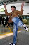 """<p>Foto de archivo del actor tailandés de artes marciales Tony Jaa, del filme """"Ong-Bak - The Muay Thai Warrior"""", en un aeropuerto de Hong Kong, 12 feb 2006. REUTERS/Kin Cheung</p>"""