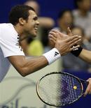 <p>O francês Jo-Wilfried Tsonga conquistou seu primeiro título do circuito principal de tênis, neste domingo, ao vencer o sérvio primeiro cabeça-de-chave, Novak Djokovic. REUTERS/Chaiwat Subprasom</p>