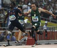 <p>Oscar Pistorius, da África do Sul, cruza linha de chegada na frente do norte-americano Jerome Singleton, na final dos 100 metros T44 dos Jogos Para-Olímpicos de Pequim, em 9 de setembro.</p>