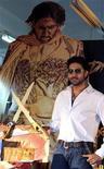 """<p>El actor de Bollywood Abhishek Bachchan posa en un evento promocional por su filme """"Drona"""" en la ciudad india de Ahmedabad, 29 sep 2008. Más de 100.000 trabajadores de Bollywood y de la televisión de india empezaron el miércoles una huelga indefinida, protestando por salarios irregulares y la contratación de miembros no sindicados. REUTERS/Amit Dave</p>"""