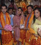 """<p>Atores de Bollywood Arjan Bajwa (esq), Priyanka Chopra (centro), o diretor Madhur Bhandarkar (2o dir) and atriz Mugdha Godse (dir) divulgam música de filme """"Fashion"""", em um templo de Mumbai, no dia 11 de setembro. Mais de 100 mil trabalhadores de Bollywood e da televisão indiana iniciaram nesta quarta-feira uma greve por tempo indeterminado, protestando contra pagamentos irregulares e a contratação de trabalhadores não sindicalizados. REUTERS/Manav Manglani (INDIA) (Newscom TagID: rtrphotosthree700508) [Photo via Newscom]</p>"""