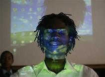 <p>Proiezione in digitale in una scuola africana.REUTERS/Siphiwe Sibeko</p>