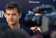 "<p>Cast member Joshua Jackson speaks with reporters during the Fox Premiere Party of ""Fringe"" at The Xchange in New York August 25, 2008. REUTERS/Joshua Lott</p>"