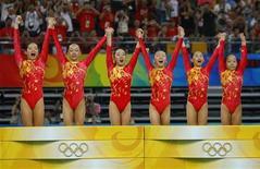 <p>La squadra cinese di ginnastica che ha vinto l'oro alle Olimpiadi di Pechino. Da sinistra a destra: Cheng Fei, Yang Yilin, Li Shanshan, He Kexin, Jiang Yuyuan e Deng Linlin. REUTERS/Mike Blake</p>