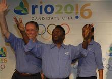<p>L'ex calciatore brasiliano Pele (al centro), con il presidente della commissione per la candidatura alle Olimpiadi 2016 di Rio de Janeiro Carlos Nuzman (a sinistra) e l'ex cestista Jannet Dos Santos Arcain, durante una conferenza stampa a Pechino nell'agosto del 2008. REUTERS/Gil Cohen Magen (Cina)</p>