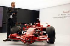 <p>Amedeo Felisa, CEO da Ferrari, posa ao lado de um carro de Fórmula 1 da equipe italiana durante Feira do Automóvel de Paris, nesta quinta-feira. REUTERS/Jacky Naegelen</p>