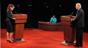 <p>Сара Пэлин и Джо Байден ведут предвыборные дебаты в Университете Вашингтона, 2 октября 2008 года. Кандидат в вице- президенты США от Республиканской партии Сара Пэлин и ее соперник от Демократической партии Джо Байден а в четверг провели предвыборные дебаты, основной темой которых стали проблемы в экономике и политика в Ираке. (REUTERS/Don Emmert/Pool)</p>
