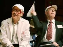 <p>Robert Wilson (a destra), vincitore nel 1978 del premio Nobel per la fisica, e Dudley Herschbach, Nobel per la chimica nel 1986, assistono alla 15esima edizione del Premio Ig Nobel all'Università di Harvard a Cambridge, nell'ottobre del 2006. REUTERS/Brian Snyder</p>