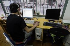 <p>Dans un cyber-café à Madrid. Le Conseil de l'Europe a présenté des lignes directrices visant à protéger la vie privée, la sécurité, la liberté d'expression mais aussi la dignité des utilisateurs d'internet, notamment de jeux en ligne. /Photo d'archives/REUTERS/Andrea Comas</p>