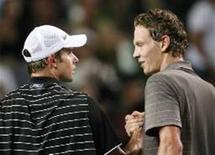 <p>O tcheco Tomas Berdych (D) cumprimenta Andy Roddick, dos EUA, após vencer a semifinal no Aberto do Japão neste sábado. REUTERS/Kim Kyung-Hoon (JAPAN)</p>