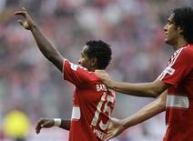 <p>Zé Roberto e Luca Toni comemoram gol do Bayern de Munique no empate de 3 x 3 com o Bochum pelo Campeonato Alemão. REUTERS/Michael Dalder (GERMANY)</p>