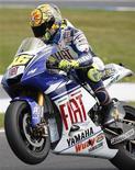 <p>Valentino Rossi, campeão mundial da MotoGP, passará por tratamento intensivo em seu pescoço, depois de ter caído durante a sessão de classificação para o Grande Prêmio da Austrália.REUTERS/Mick Tsikas</p>