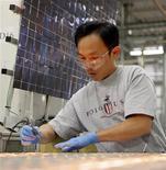 <p>Un operaio al lavoro per realizzare celle solari. REUTERS/Brian Snyder</p>