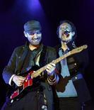 """<p>Chris Martin e Jonny Buckland della band britannica dei Coldplay durante un concerto del tour """"Viva la Vida"""" a Barcellona, nel giugno 2008. REUTERS/Albert Gea</p>"""