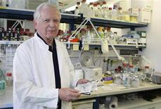 <p>Professor Harald zur Hausen joint Nobel Prize winner in Physiology or Medicine 2008, poses in a laboratory at the cancer research center of the university in Heidelberg October 6, 2008. REUTERS/Alex Grimm</p>
