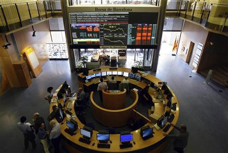 Traders work on the floor of the Barcelona's Stock Exchange, October 6, 2008. REUTERS/Gustau Nacarino