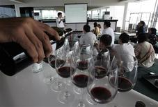 <p>A group of young Indonesians listen to a wine writer and instructor during a wine class in Jakarta August 2, 2008. REUTERS/Supri</p>