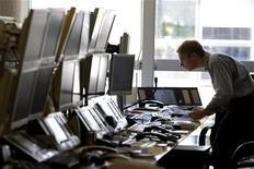 <p>Crisi finanziaria, se la corsa agli sportelli arriva via web. REUTERS/Charles Platiau</p>