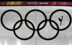 <p>I cinque anelli olimpici al Palavela di Torino durante le Olimpiadi invernali del 2006. REUTERS/David Gray</p>